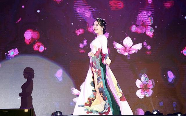 Uông Hoàng Phương Linh cũng giành giải Đại sứ phong cách cùng người bạn Hà Nhật Minh của mình.