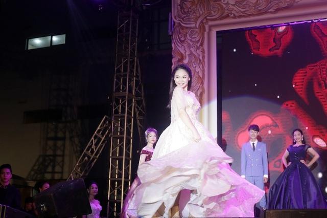 Trang Linh nhí nhảnh khi trình diễn trang phục dạ hội
