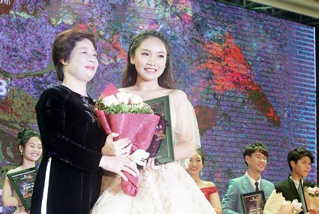 Giây phút đăng quang ngôi vị Đại sứ THPT Chuyên Hà Nội – Amsterdam của Vũ Nam Trang Linh