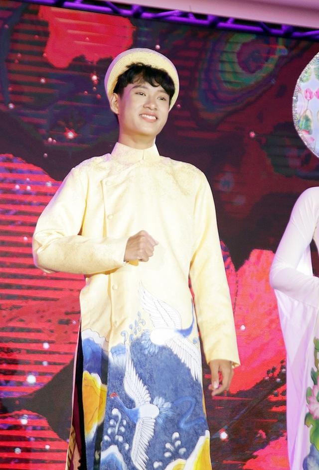 Là nam sinh duy nhất trong lớp 11 chuyên Văn, Lê Trí Nghĩa nhận được nhiều sự ủng hộ của bạn bè. Nghĩa giành giải Đại sứ được yêu thích nhất của cuộc thi.
