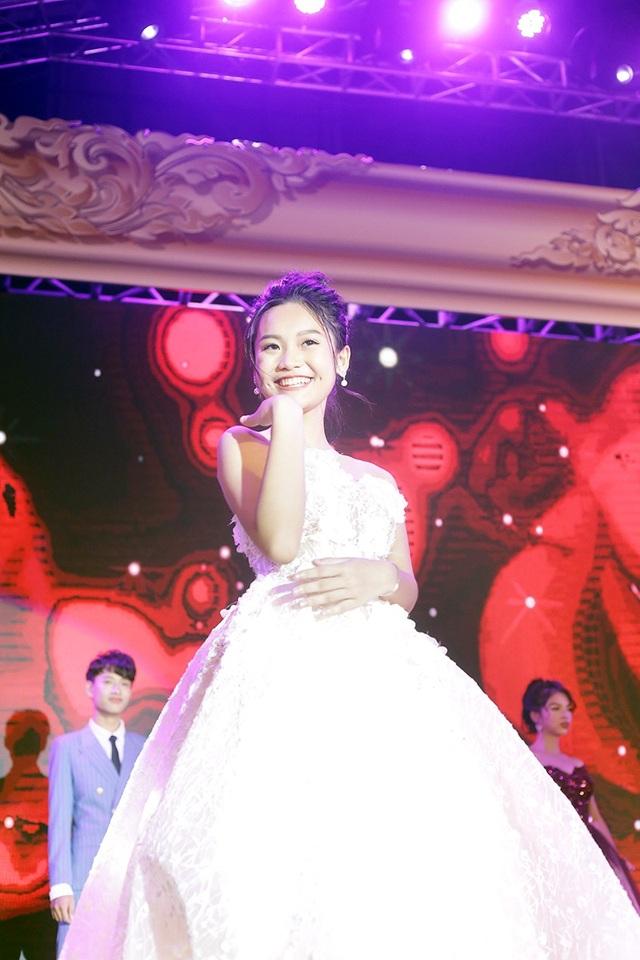 """Là thí sinh có vóc dáng bé nhỏ nhất, song những thành tích học tập của Nguyễn Minh Thy lại vô cùng """"khủng"""". Điều này đã giúp cô giành giải Đại sứ học vấn chung cuộc."""