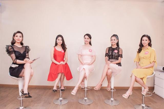 Các thí sinh Hoa hậu Việt Nam 2018 với Á hậu Diễm Trang.