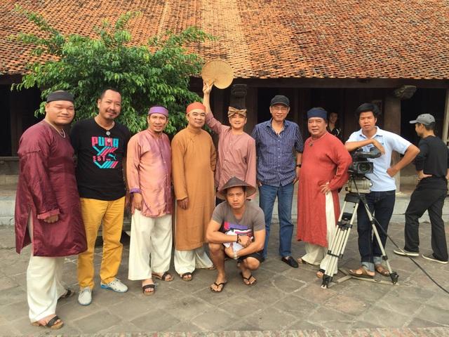 Đạo diễn Phạm Đông Hồng chụp cùng các diễn viên tham gia phim Chôn nhời.
