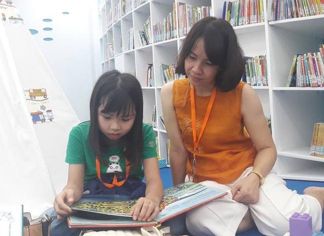 Giáo dục con trẻ đang đòi hỏi rất nhiều từ giáo dục gia đình (Trong ảnh: Phụ huynh ở TPHCM cùng con đọc sách)