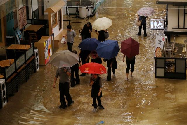 Cơ quan khí tượng Hong Kong đã đưa ra cảnh báo cấp 10, cấp độ cao nhất trên thang đo bão, khi siêu bão Mangkhut càn quét đặc khu hành chính này vào 9 giờ sáng nay.