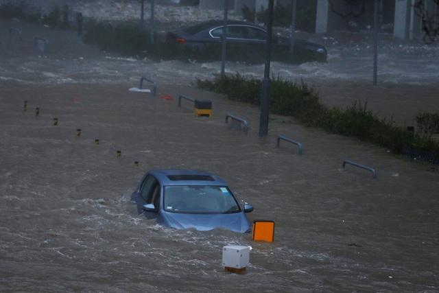 Mưa lớn và gió giật mạnh đã tạo ra những đợt sóng cao ít nhất 3m ở khu vực bờ biển Hong Kong.