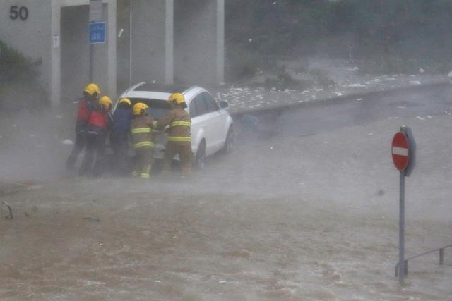 Những hình ảnh ban đầu được công bố cho thấy bão đã quật đổ nhiều cây và gây ra tình trạng tắc nghẽn trên các tuyến đường. Trong khi đó, các mảng tường và cửa sổ của các tòa nhà cao tầng cũng bị đập vỡ và cuốn phăng.