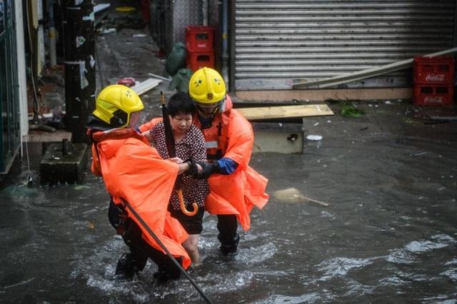 Chính quyền địa phương cảnh báo người dân ở trong nhà khi bão ập tới, tránh đi bộ ra ngoài hoặc tới những nơi ngập nước. Người dân tại những khu vực nguy hiểm đã được sơ tán kịp thời