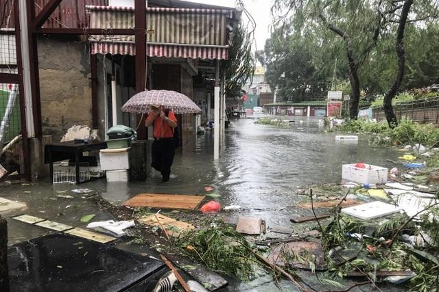 Bão Mangkhut hiện vẫn di chuyển với sức gió lên tới 165km/giờ. Đây là một trong những cơn bão lịch sử tại Hong Kong. Hong Kong mới ban hành cấp độ bão số 10 đối với 15 cơn bão trong vòng 60 năm qua.