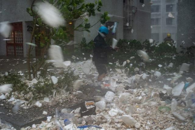 Hàng trăm chuyến bay đã bị hoãn tại các sân bay ở Hong Kong do bão Mangkhut. Sau Hong Kong, cơn bão này được dự đoán sẽ tiếp tục đi vào khu vực ven biển Trung Quốc.