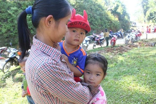 Những đứa trẻ cũng được mẹ cho đi xem lễ khởi công