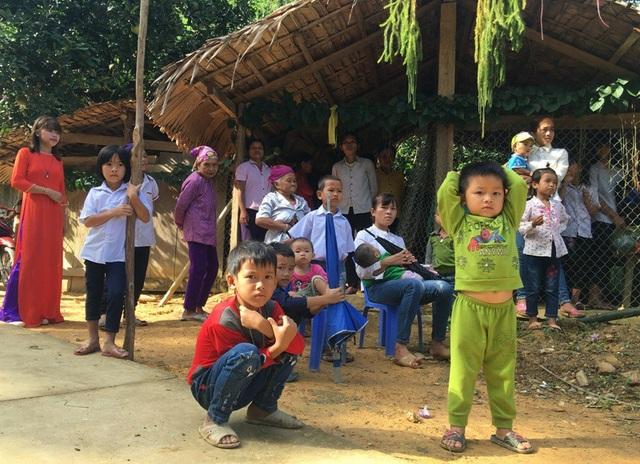 Người dân địa phương và các cháu học sinh háo hức chuẩn bị dự lễ khởi công công trình phòng học