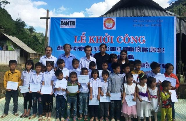 Nhân dịp này, Quỹ Khuyến học Việt Nam và Báo Dân trí trao 34 suất học bổng tới các cháu học sinh nơi đây
