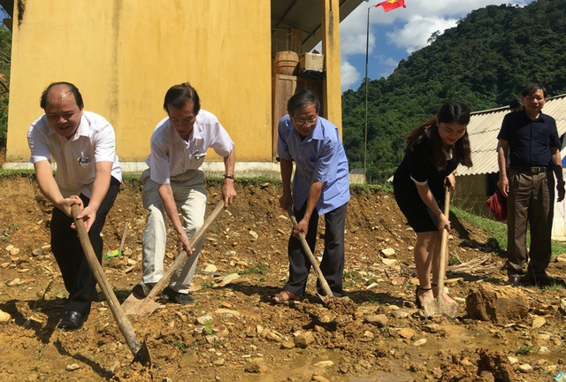Các đại biểu thực hiện nghi thức động thổ xây dựng công trình phòng học tại bản Kịt