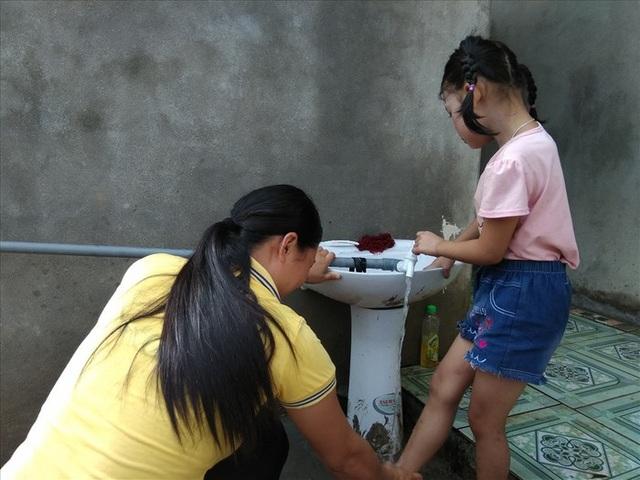 Trường mới được đầu tư đường nước sạch và bồn rửa mặt đầy đủ.