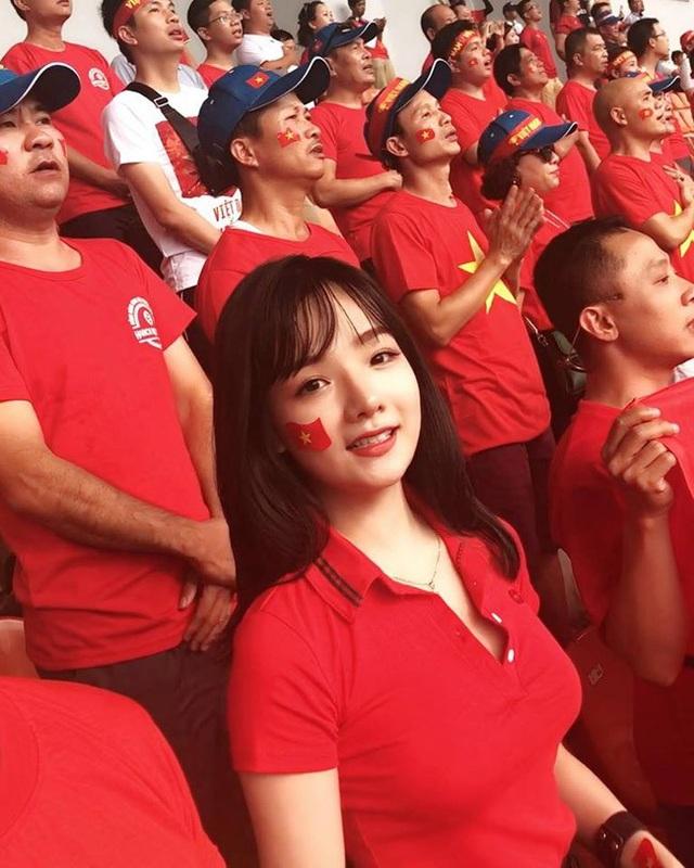Phan Thủy Tiên (21 tuổi) được xem là fan girl Việt nổi bật nhất mùa ASIAD 2018. Cô nàng lặn lội sang tận Indonesia để cổ vũ cho Olympic Việt Nam.