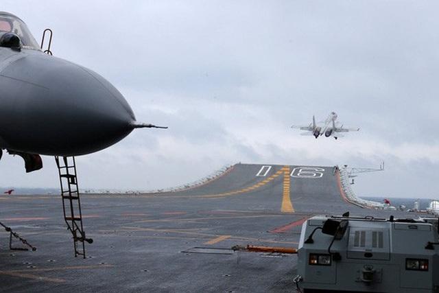 Shenyang J-15 Flying Shark cất cánh trên tàu sân bay Liêu Ninh. Ảnh: Reuters