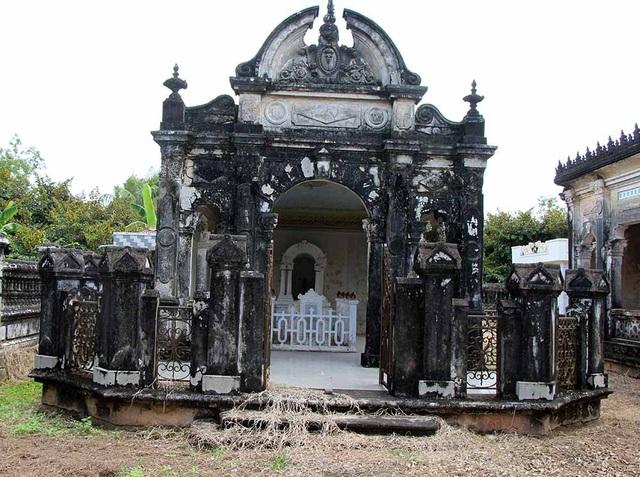 Mỗi ngôi mộ được thiết kế thành dinh cơ riêng, có mái che kiên cố với nhiều họa tiết sắc sảo.