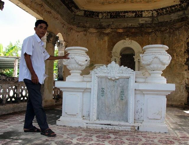 Ông Hùng bên ngôi mộ của ông tổ mình - Trần Để