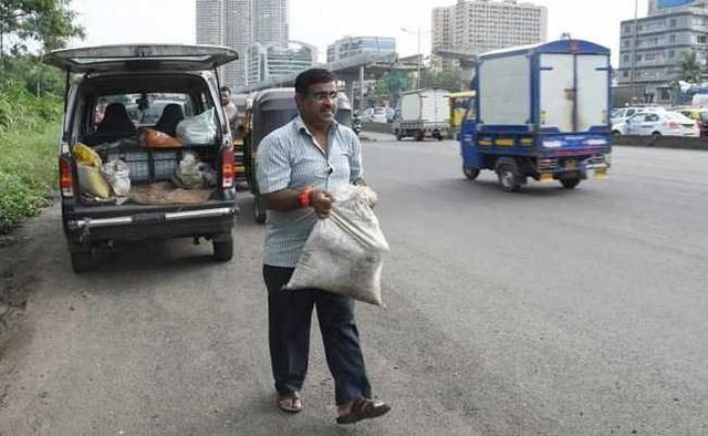 Ông Bilhorem mong muốn công việc của mình sẽ giúp người đi đường tránh được nguy hiểm từ những ổ gà. (Ảnh: NDTV)