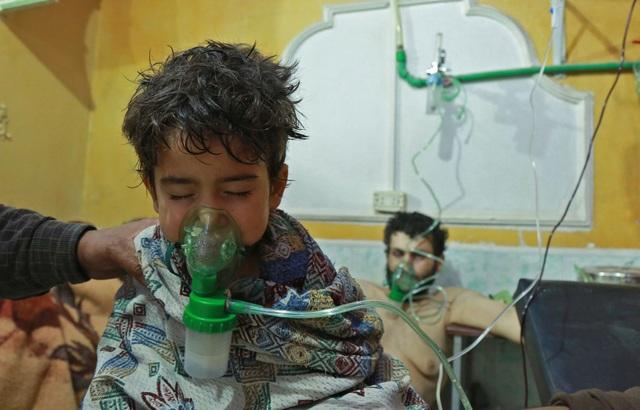 Một em nhỏ được điều trị tại trung tâm y tế ở Đông Ghouta, Syria sau một vụ tấn công nghi bằng khí clo (Ảnh: AFP)