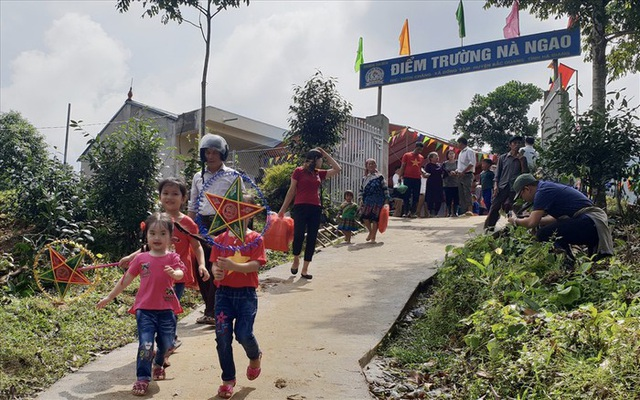 Học sinh phấn khởi đến trường mới