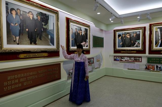Một hướng dẫn viên Triều Tiên thuyết minh về các bức ảnh chụp lại các chuyến thăm của cố lãnh đạo Triều Tiên Kim Jong-il (Ảnh: Reuters)