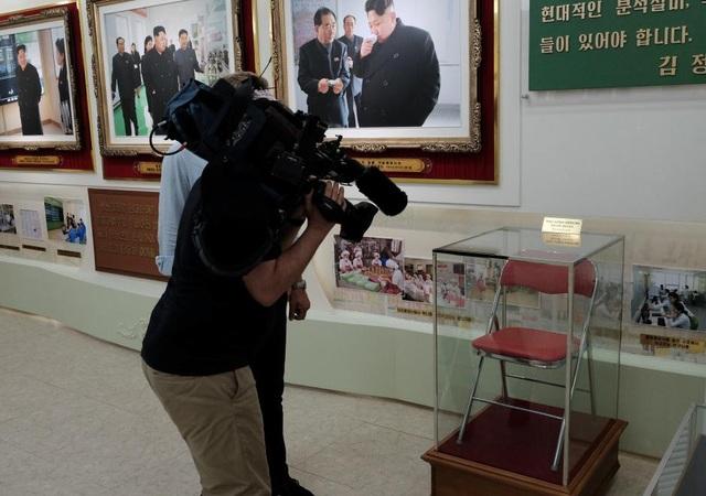 Chiếc ghế ông Kim Jong-un từng ngồi khi đến thăm nhà máy mĩ phẩm (Ảnh: Reuters)