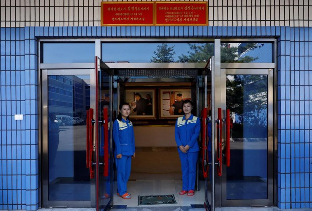 Lối vào khu vực bảo tàng ở nhà máy mĩ phẩm với hình chụp các lãnh đạo Triều Tiên từng tới thị sát (Ảnh: Reuters)