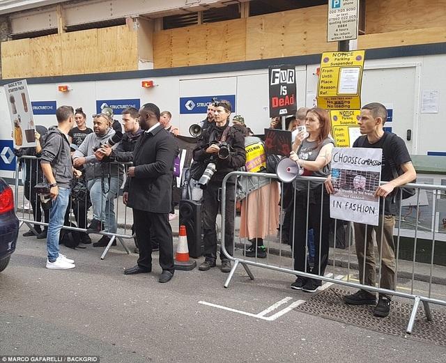 Fans tới cổ vũ Vic ra mắt BST mới.