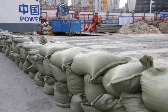 Hàng nghìn công trình xây dựng phải tạm ngừng do siêu bão Mangkhut. Trong ảnh: Các bao cát dùng để chắn tại lối ra vào một công trường ở Thẩm Quyến phòng bão. (Ảnh: Reuters)