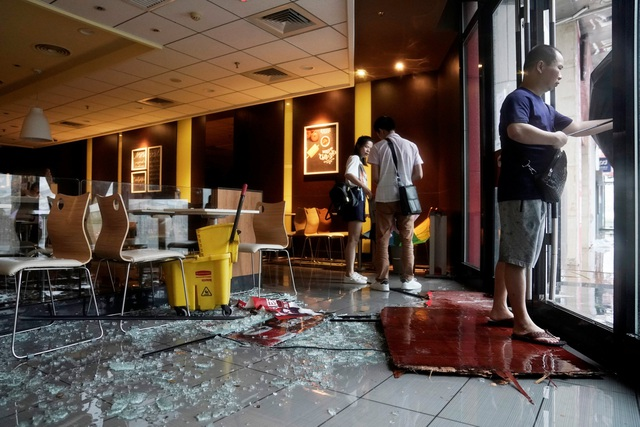 Cửa kính một nhà hàng ở Thẩm Quyến, Quảng Đông bị vỡ tan tành vì mưa bão. (Ảnh: Reuters)