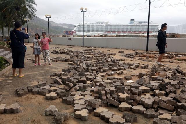Vỉa hè lát đá bị xới tung sau siêu bão ở Hong Kong. (Reuters)