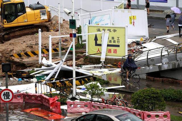 Cảnh tượng ngổn ngang do mưa bão tại một công trường xây dựng sát đường lớn ở Thẩm Quyến, Quảng Đông. (Ảnh: Reuters)