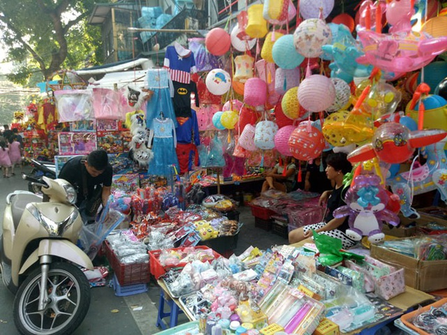 Ngay sau khi mùa Trung thu đi qua, các tiểu thương trên phố Hàng Mã sẽ bắt đầu bày bán các mặt hàng Hallowen.