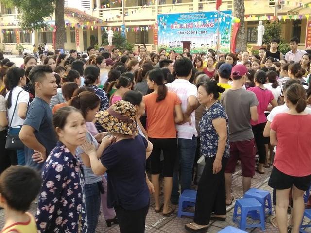Hàng trăm phụ huynh bức xúc nán lại sân trường đòi Hiệu trưởng đối thoại sau khi lãnh đạo này bỏ vào phòng họp.