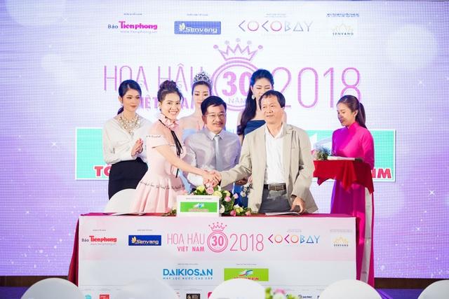 Ông Phạm Mạnh Hùng – Tổng Giám đốc Công ty Cổ Phần Thép Nam Kim ký kết tài trợ cuộc thi Hoa hậu Việt Nam 2018 với đại diện BTC là Bà Phạm Kim Dung (P. Trưởng BTC – Tổng giám đốc Công ty Sen Vàng)