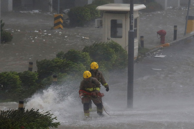 Vào chiều 16/9, bão Mangkhut tiếp tục di chuyển tới tỉnh Quảng Đông, Trung Quốc - nơi có hơn 2,4 triệu người được sơ tán. Các nhà máy điện hạt nhân Trung Quốc nằm trên đường đi của bão Mangkhut đang được bảo vệ nghiêm ngặt để tránh xảy ra sự cố. (Ảnh: Reuters)