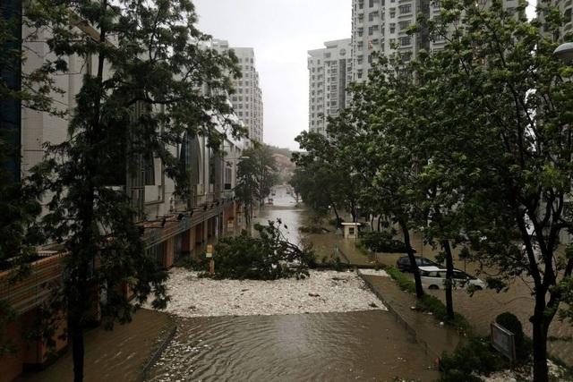 Tại Hong Kong, bão Mangkhut đã khiến nhà cửa bị hư hại, tình trạng ngập lụt xảy ra ở nhiều nơi. (Ảnh: Reuters)