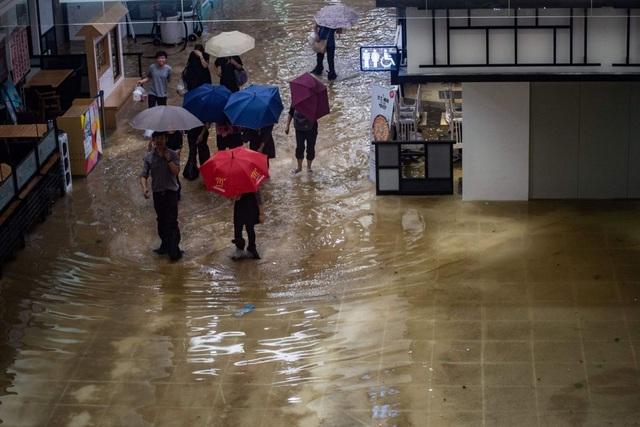 Bên trong trung tâm thương mại ở Hong Kong bị ngập do mưa bão. (Ảnh: AFP)