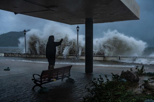 Theo Reuters, siêu bão Mangkhut sau khi đổ bộ vào Hong Kong cuối giờ sáng 16/9, tiếp tục đổ bộ vào Quảng Châu khoảng 5h chiều cùng ngày với sức gió lên tới 200km/h. (Ảnh: EPA)