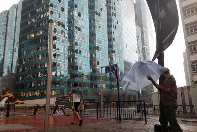 Cửa kính tại một tòa cao tầng ở Hong Kong bị vỡ vì mưa to, gió lớn trong bão Mangkhut. (Ảnh: Reuters)