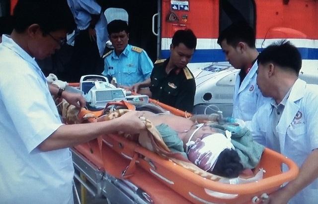 Bệnh nhân được trực thăng đưa từ đảo vào đất liền cấp cứu
