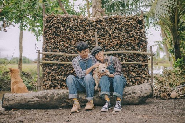 """Đây cũng là lần đầu tiên Bình nắm tay và có hành động yêu thương ba như đứa trẻ. 2 ba con chụp chung rất khó diễn vì không biết diễn sao cho phù hợp nên cứ để cảm xúc tự nhiên thôi"""", Thanh Bình chia sẻ."""