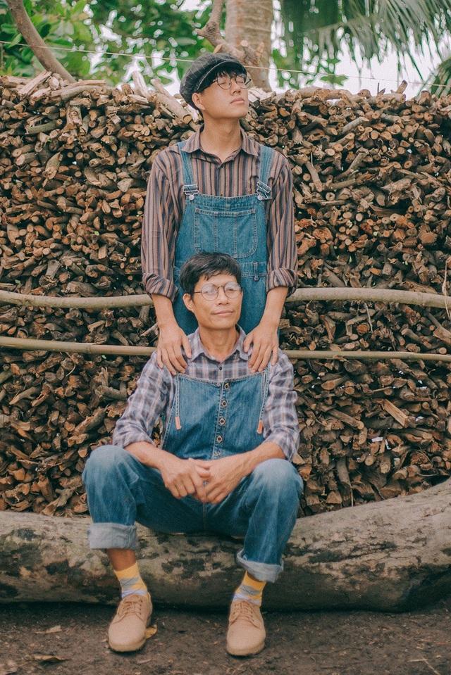 Ba của Bình là chú Thạch Thượng (sinh năm 1972), hiện đang sinh sống và làm việc tại Sóc Trăng. Chú Thượng và vợ cũng từng được biết đến qua nhiều bộ ảnh do chính Bình thực hiện.