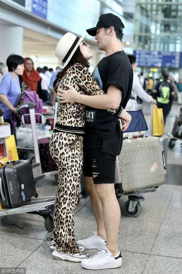 Ngày 16/9 vừa rồi, Chung Lệ Đề và chồng trẻ, người mẫu kiêm diễn viên Trương Luân Thạc, xuất hiện thật tình tứ và hạnh phúc bên nhau tại sân bay ở Bắc Kinh, Trung Quốc. Cặp đôi chênh nhau 12 tuổi không ngần ngại dành cho nhau những cử chỉ lãng mạn, ngọt ngào ngay tại sân bay.