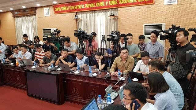 Rất đông phóng viên các báo đài đến buổi họp báo để đưa tin về vụ việc (Ảnh: Tiến Nguyên)