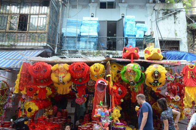 Đầu sư tử với đủ loại kích cỡ và chất liệu được bày bán nhiều tại các cửa hàng trên phố Hàng Mã.