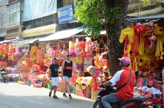 Nhiều vị khách du lịch thích thú trải nghiệm không khí Tết Trung thu sớm ở Hà Nội.