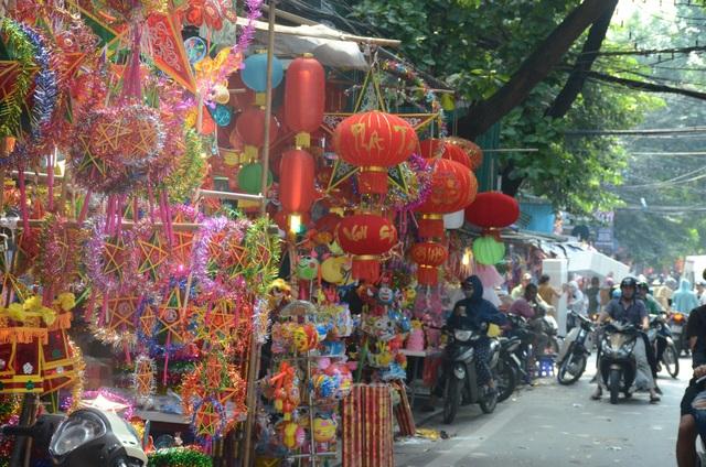 Sắp đến Tết Trung Thu, phố Hàng Mã (Hà Nội) ngập tràn các đồ chơi truyền thống như: đèn ông sao, đèn kéo quân, đèn lồng, đầu lân… Đây được xem là con phố bán đồ trung thu lớn nhất ở Hà Nội.